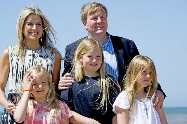 10-7-2015 - WASSENAAR - Queen Maxima and King Willem-Alexander and Princess Amalia and Princess Alexia and Princess Ariane with their dogs Skipper and pose for the annual photosession 2015 on the Beach in Nature Park  Meijendel  in Wassenaar near the hague . COPYRIGHT ROBIN UTRECHT 10/07/2015 - WASSENAAR - Koningin Maxima en Koning Willem-Alexander en Prinses Amalia en Prinses Alexia en Prinses Ariane en honden skipper en poseren voor de jaarlijkse fotosessie 2015 op het strand op het strand bij het natuurgebied Meijendel in Wassenaar  bij Den Haag. COPYRIGHT ROBIN UTRECHT